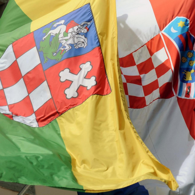 Zastave grada bjelovara i Republike Hrvatske na pročelju gradskog poglavarstva