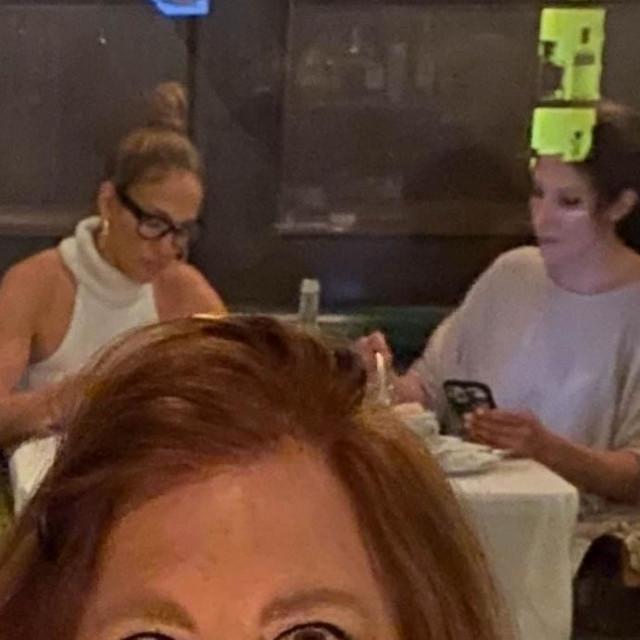 Jennifer Lopez sa sestrom Lyndom Lopez u restoranu u zapadnom Hollywoodu