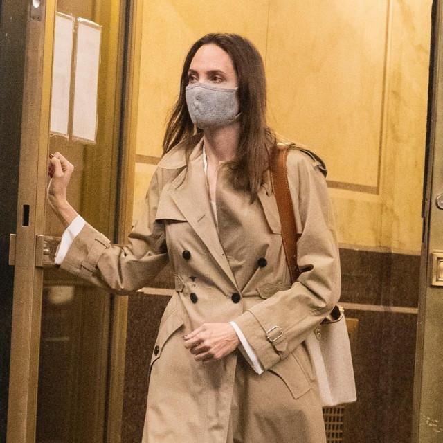 Angelina Jolie ranije ovog tjedna uhvaćena je u izlasku iz stana bivšeg supruga Johnnyja Lee Millera
