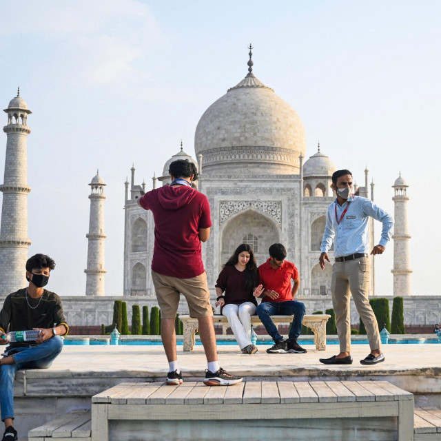 Turisti pred Taj Mahalom