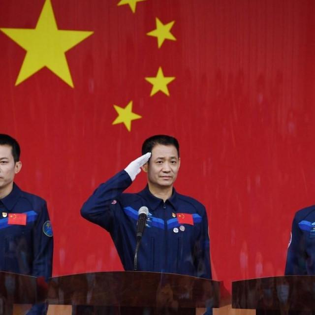 Nie Haisheng (u sredini), Liu Boming i Tang Hongbo