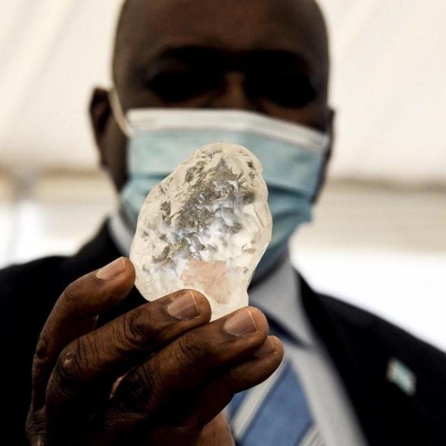 Predsjednik Bocvane, Mokgweetsi Masisi, s vrijednim dijamantom
