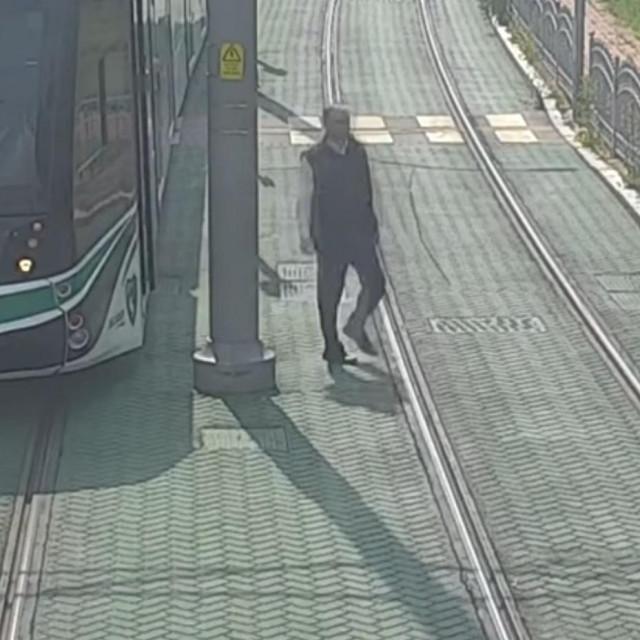 Serhat izlazi iz tramvaja