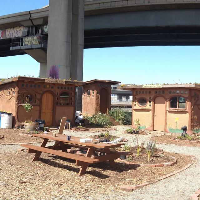 Građevine od kaldrme službe zajednici beskućnika u Oaklandu