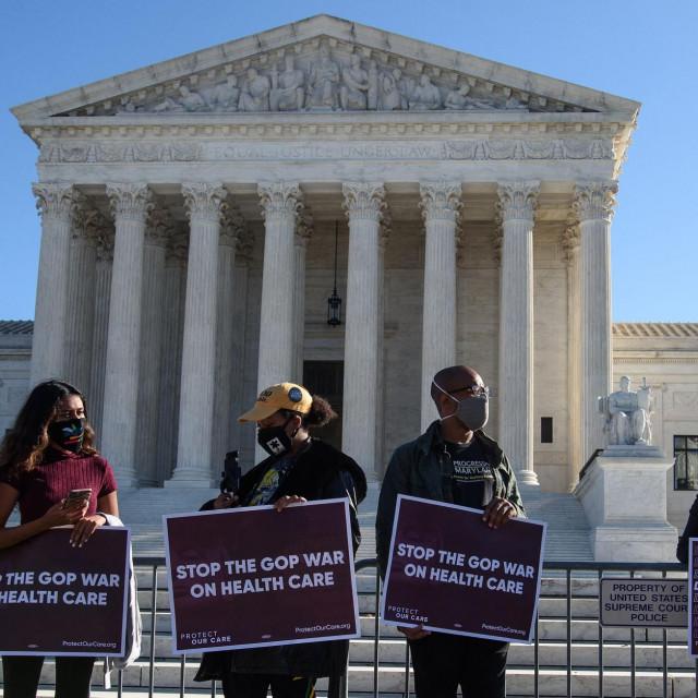 Prosvjed ispred Vrhovnog suda SAD-a uoči prve rasprave o Zakonu o pristupačnoj zdravstvenoj skrbi koji se održao 10. studenog 2020. godine