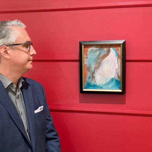 Rob Cowley gleda sliku Davida Bowiea