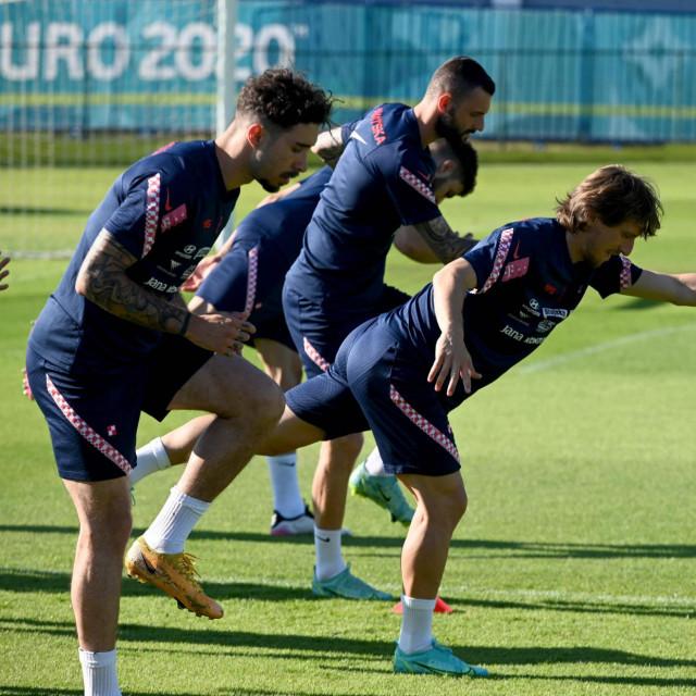 Šime Vrsaljko u prvom planu, iza njega Luka Modrić i Marcelo Brozović