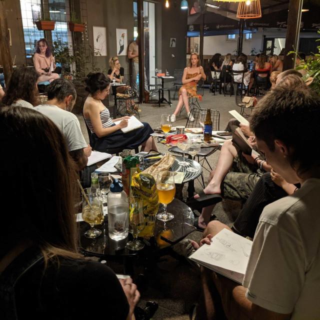 Drink &Draw večer u Varšavskoj u caffe baru Bustan u Varšavskoj koju obožavaju stranci. Jedan gost pozira, drugi piju i crtaju ga