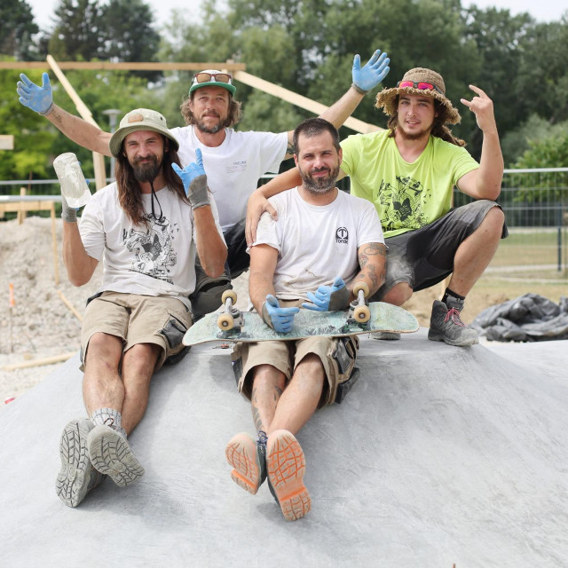 Skejteri iz tvrtke Tonbe Skateparks grade skejt park u Vukovaru.<br /> Na fotografiji: Marin Dundić (desno, sjedi) i članovi Tonbe Skateprksa<br />