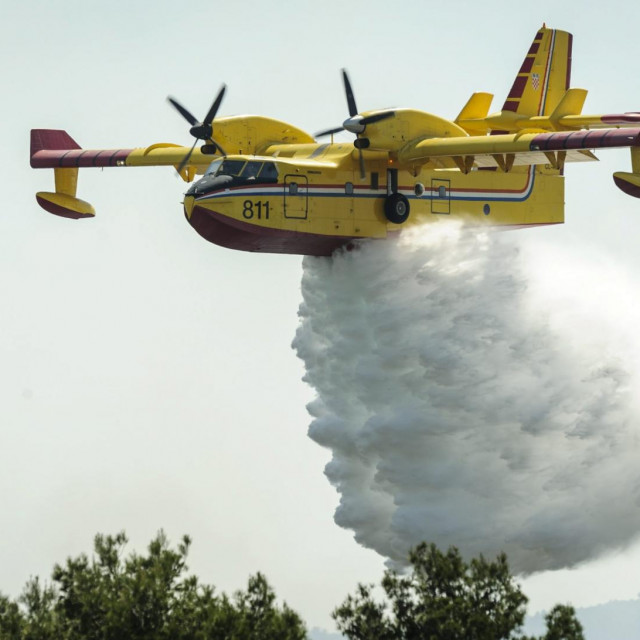 Kanader gasi požar; ilustracija