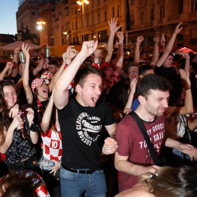 """Navijači Hrvatske gledaju susret """"Vatrenih"""" i Škotske na Trgu bana Josipa Jelačića"""