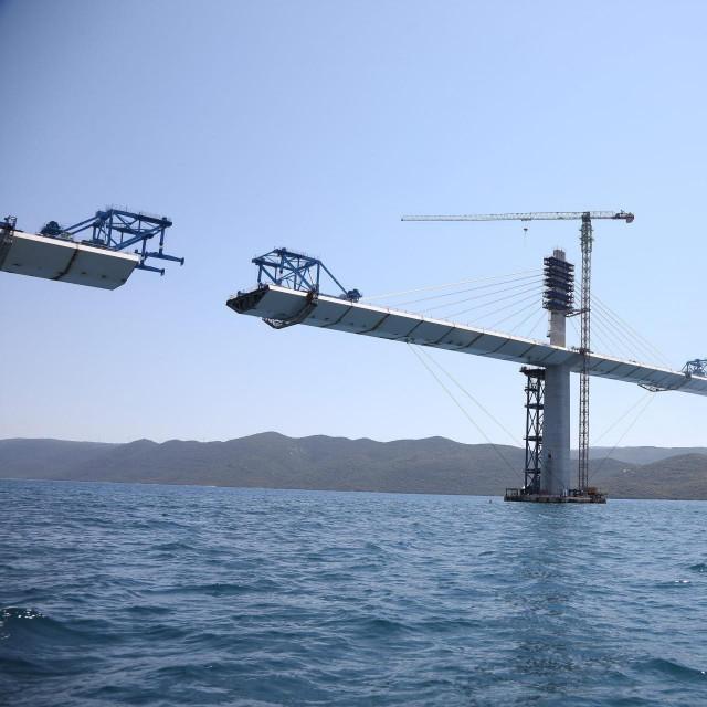 Ukupna širina mosta iznosi 22,5 metara, dug je 2,4 kilometra i visok 55 metara