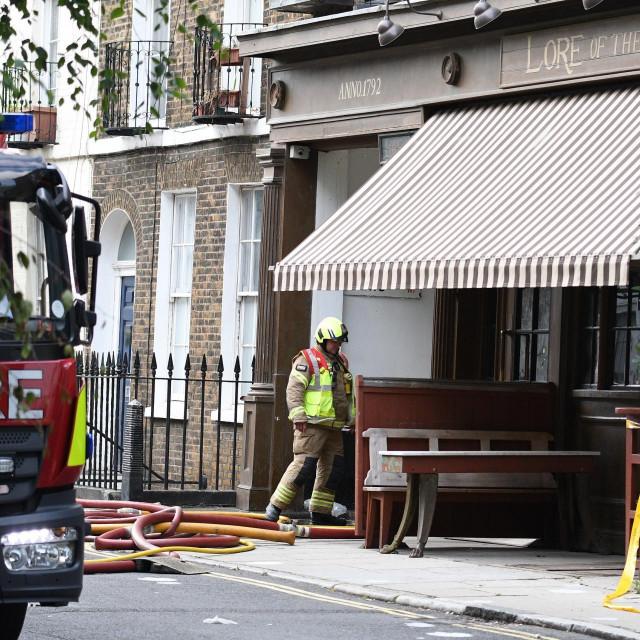 Vatrogasci gase požar u Ritchijevom pubu The Lore of the Land