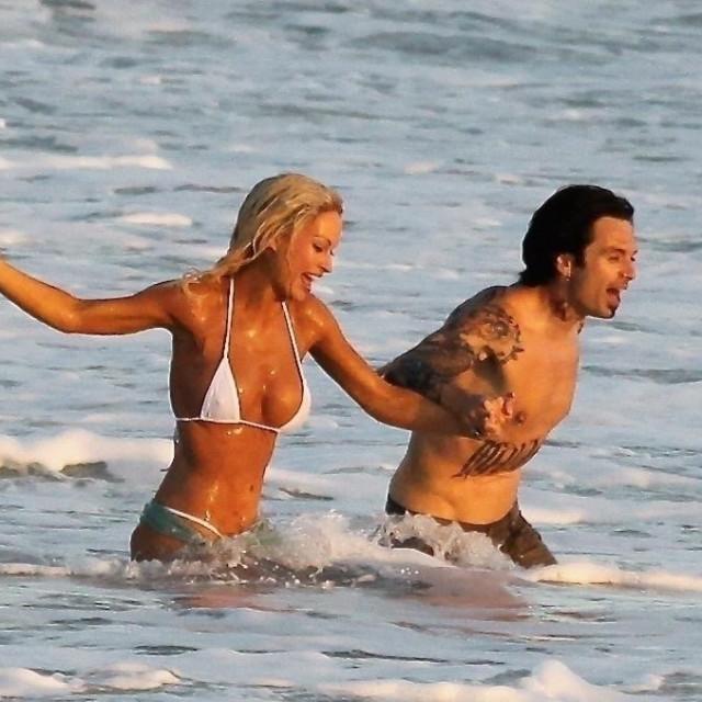 Lily James i Sebastian Stan odglumili su famoznu scenu vjenčanja Pamele Anderson i Tommyja Leeja na plaži u Brentwoodu koja je glumila Meksiko