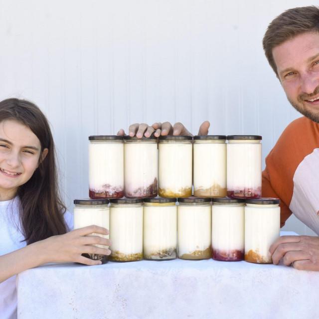 Gospic, 270521.<br /> Brezik.<br /> OPG Vedrine, licki proizvodjac mlijeka i proizvoda od mlijeka.<br /> Na fotografiji: Sofija i Dominik Zeko.<br />