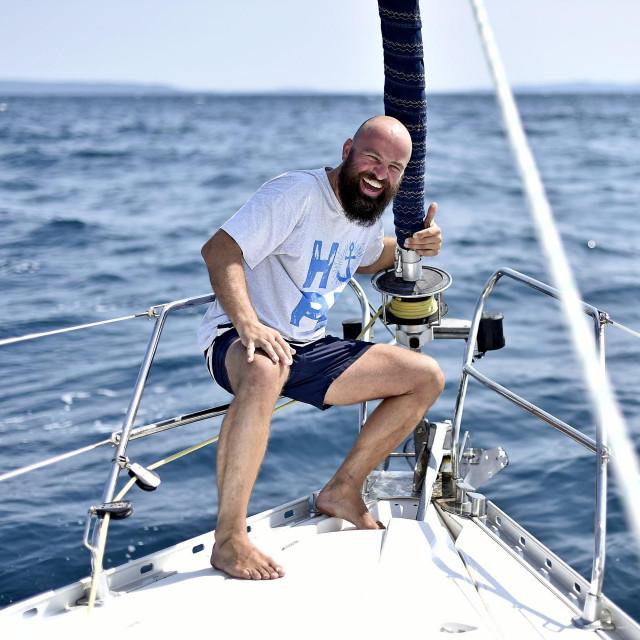Svećenik i skiper Tvrtko Barun, bivsi voditelj Isusovačke službe za izbjeglice drži duhovne vježbe na jedrilici pod nazivom 'Život na moru'<br /> <br /> <br />