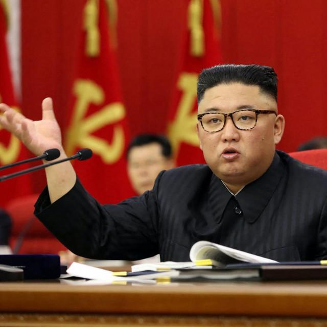 Kim Jong-un snimljen 15. lipnja 2021. godine tijekom trećeg dana 3. plenarnog sastanka 8. centralnog komiteta Radničke partije Sjeverne Koreje u Pjongjangu