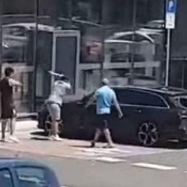 Muškarac palicom razbija automobil ispred trgovačkog centra