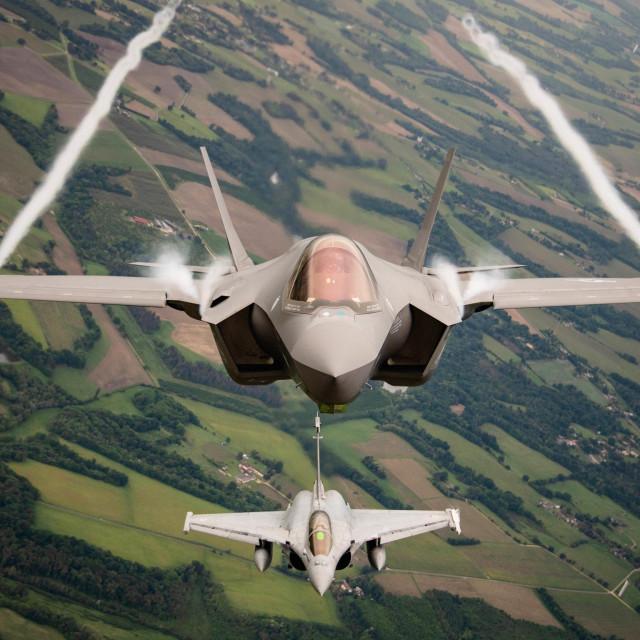 F-35A (gore) i Dassault Rafale (dolje)