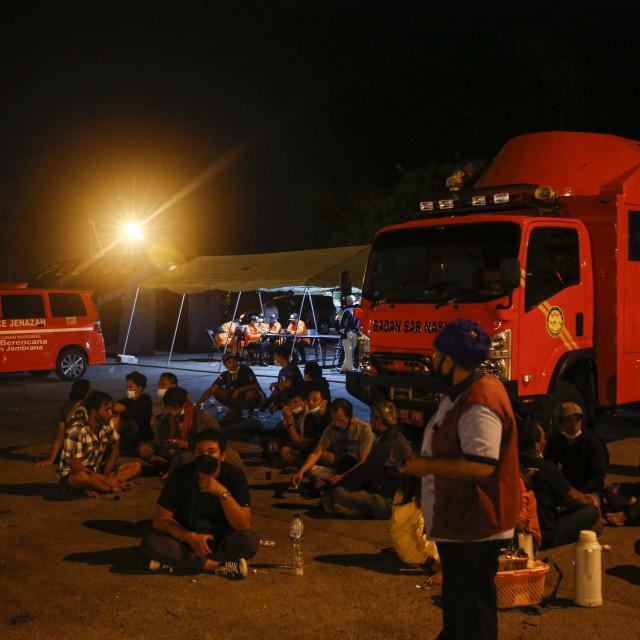Obitelji nestalih i spasitelji u potrazi su za preživjelima