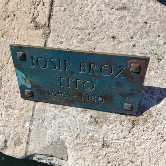 Ploča s biste Josipa Broza Tita koju je maloljetnik bacio u more