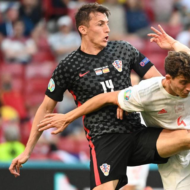 Ante Budimir sa španjolskim braničem Pauom Torresom