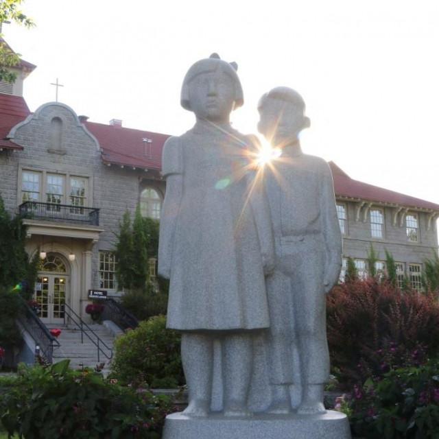 Skulptura nazvana 'Djeca'ispred nekadašnje škole St. Eugene's