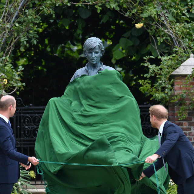 Prinčevi William i Harry otkrivsaju kip svoje make princeze Diane u vrtu Kensingtonske palače