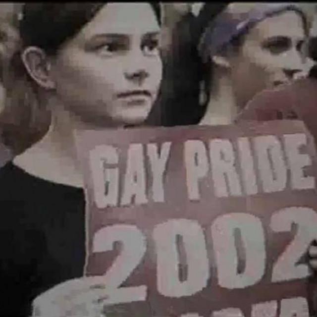 Fotografija sa Gay Pridea iz 2002. koja je osvanula na hrvatskom Redditu
