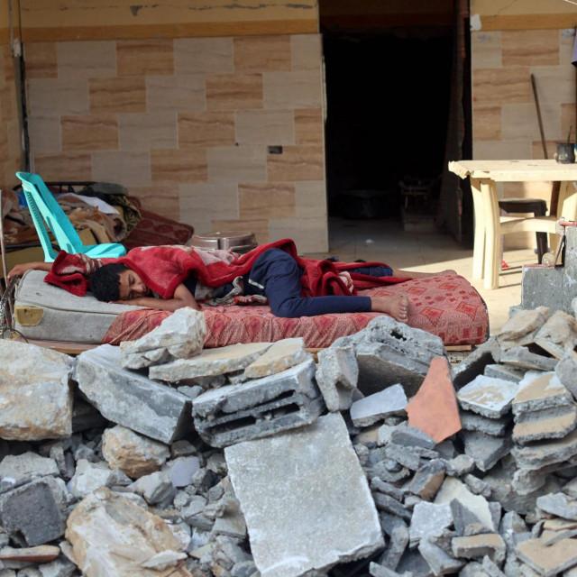 Ilustracija / Dječak spava u ruševinama nakon novog bombardiranja Palestine