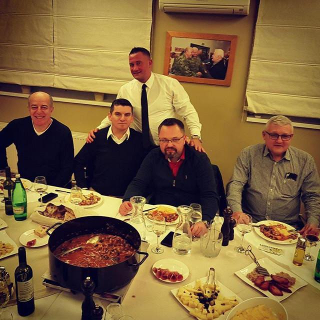 S lijeva na desno, sjede: Drago Ćosić, šef SOA-e za gospodarski kriminal Igor Batković, uhićeni Denis Mohenski i Mićo Dušanović