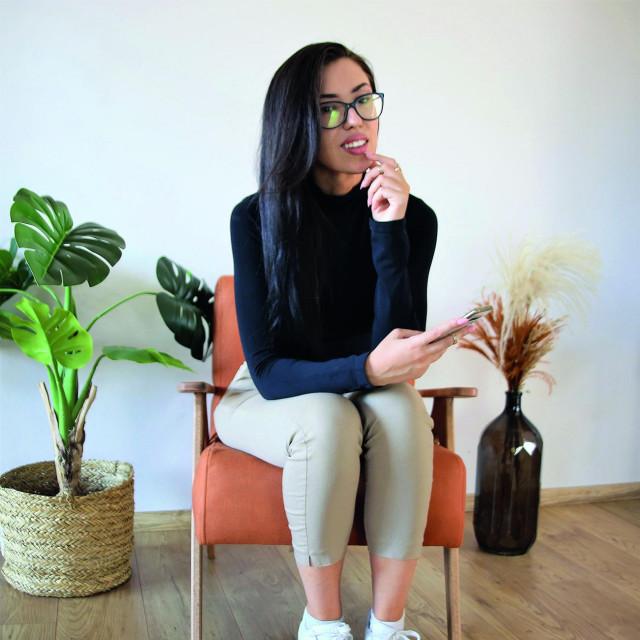 Mlada poduzetnica pokrenula je svoj brend Retro design te osim preuređenog namještaja prodaje i vlastite ručno izrađene komade u retro stilu.