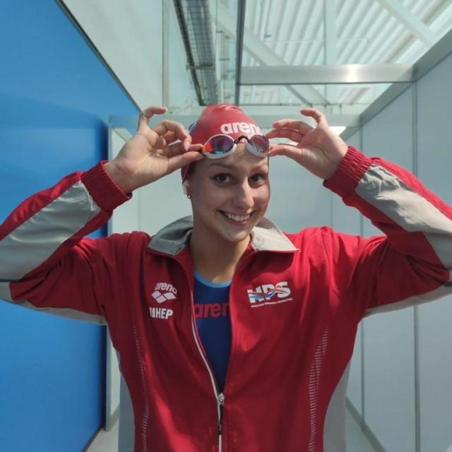 Ema Rajić plivanje
