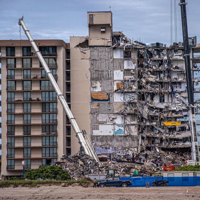 Veći dio dvanaesterokatnice Champlain Towers South srušio se 24. lipnja u 1,20 za ponoći