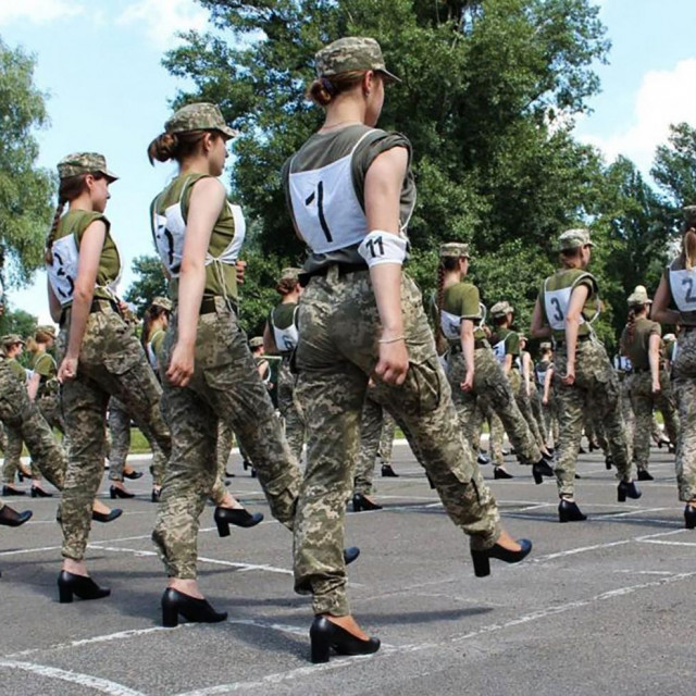Ukrajinske vojnikinje vježbaju strojevi korak u cipelama s visokom petom