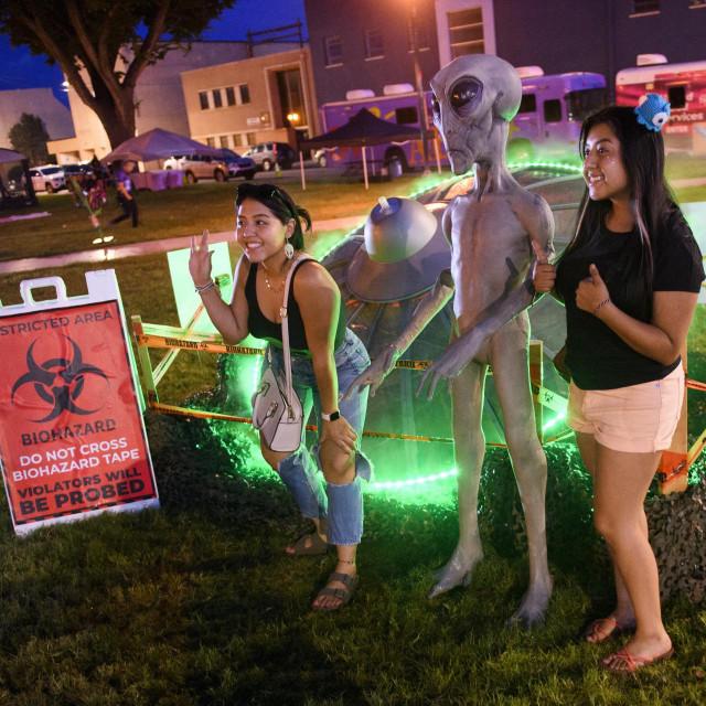 Stotine posjetitelja došlo se fotografirati s maskotama lica izvanzemaljaca