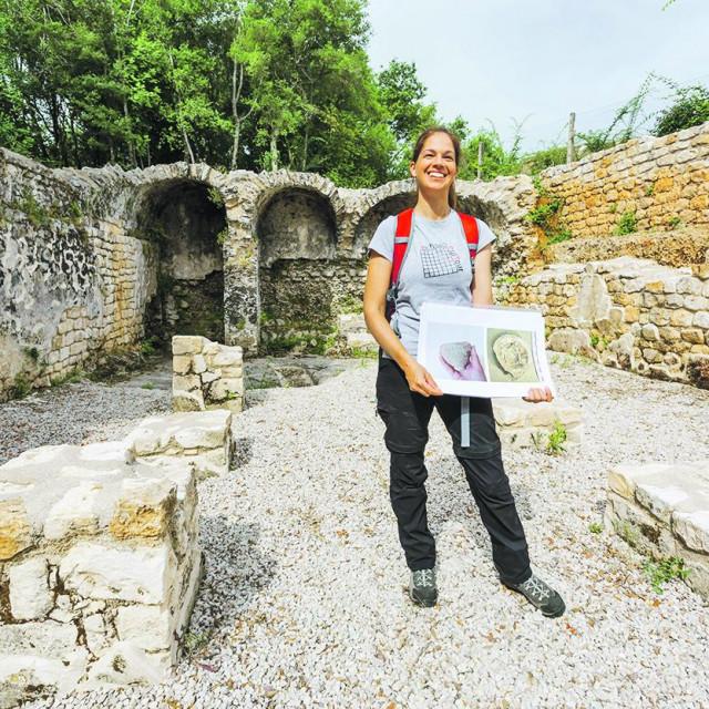 Katarina Gerometta na nalazištu vile Monte Rocco