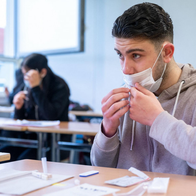 Učenici na početku nastave provode brziantigenskitestza samotestiranje na COVID-19