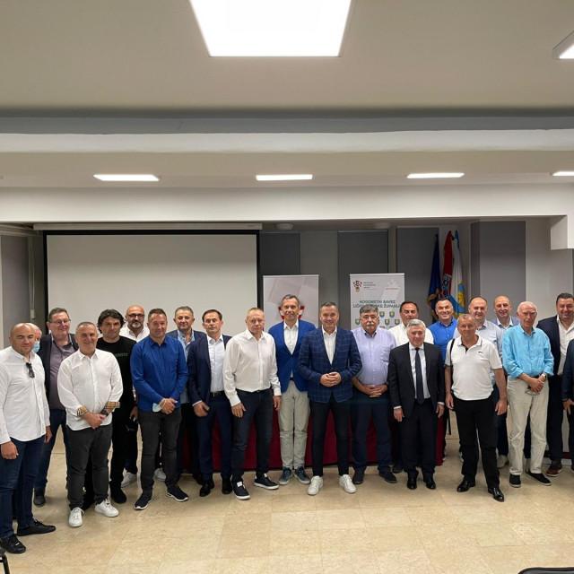 Marijan Kustić okružen predstavnicima 17 županijskih saveza koji su podržali njegovu kandidaturu
