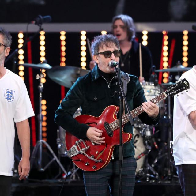 Ian Broudie (u sredini) iz benda Lightning Seeds s Davidom Baddielom (lijevo) i Frankom Skinnerom (desno)