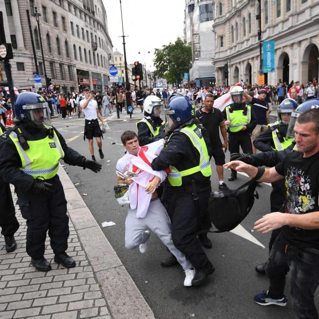 Sukob policije i huligana na ulicama Londona prije finala Euro 2020