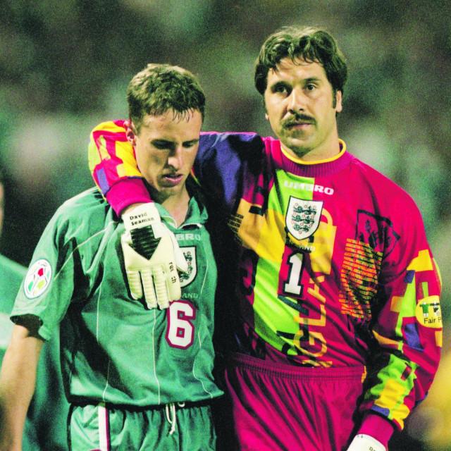 Gareth Southgate u suzama napušta stari Wembley (tješi ga tadašnji vratar Engleske David Seaman) 26. lipnja 1996. nakon što je promašio penal u polufinalu Eura protiv Njemačke zbog koejg su Englezi ispali. Četvrt stoljeća kasnije povijest se na neki način ponovila...