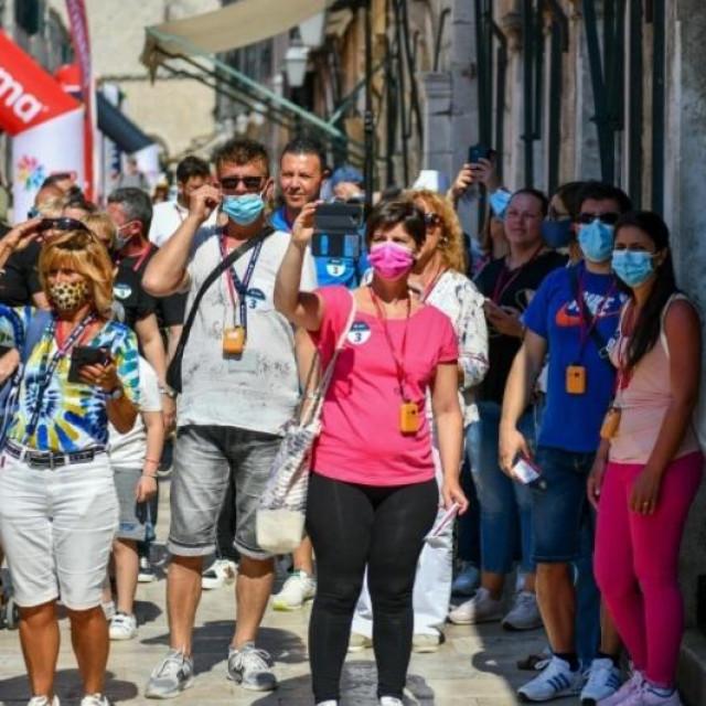 Turisti u razgledu grada