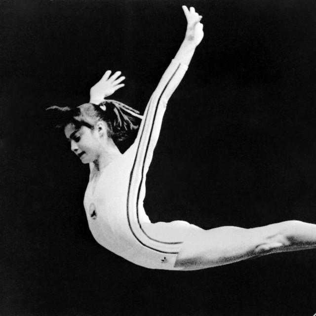 Posljednji skok Nadije Comăneci tijekom vježbe na dvovisinskom razboju na Olimpijskim igrama u Montrealu 1976. godine