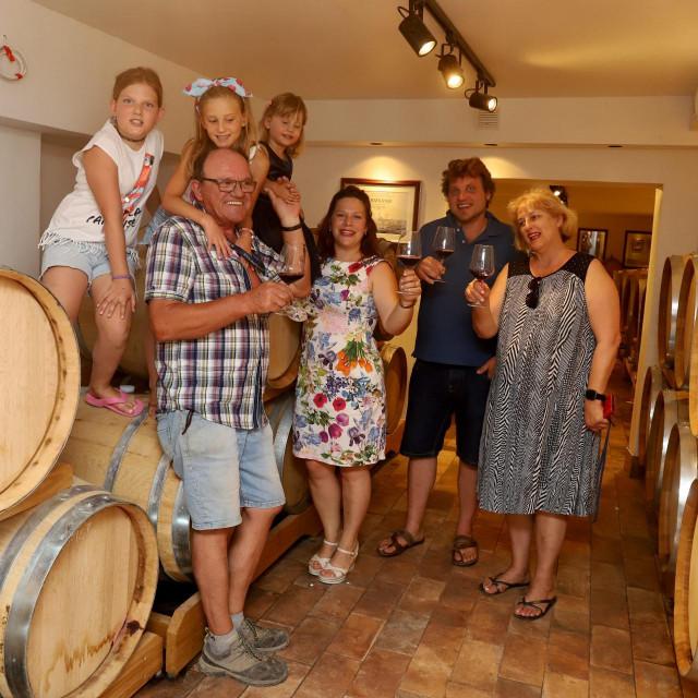 Obitelj Katunar u podrumu.<br />