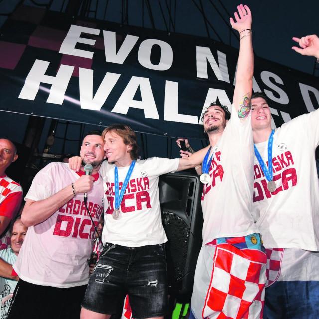Danijel Subašić zagrljen sa Lukom Modrićem na doečku Srebrnih iz Rusije u Zadru
