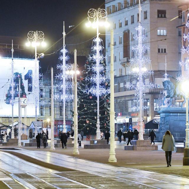 Adventske kućice na Trgu bana Jelačića u Zagrebu