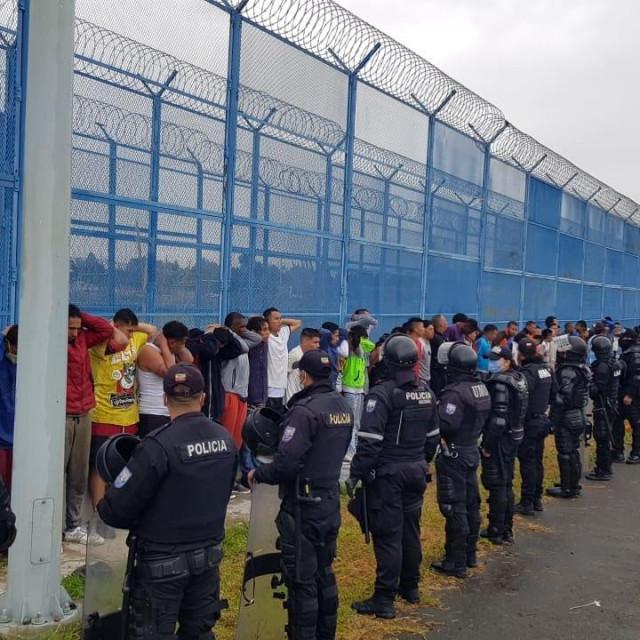 Petorica policajaca ozlijeđena su prilikom smirivanja sukoba nekoliko bandi u zatvorima