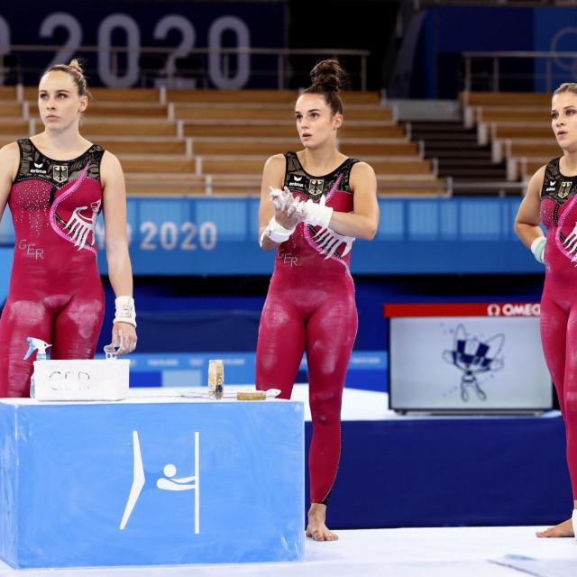 Njemačke gimnastičarke na treningu u Tokiju u tirkoima i tajicama