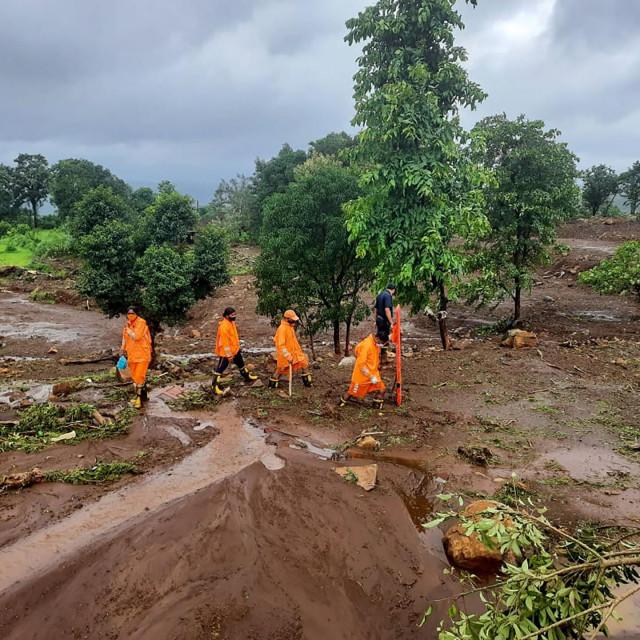 Traganje za preživjelima nakon odrona zemlje u selu Taliye u indijskoj državi Maharashtra